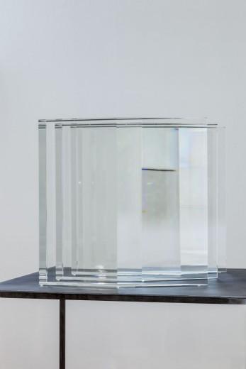 Václav Cigler, Michal Motyčka, Hranoly - řazení, 2018, optické sklo, 34 × 34 × 32 cm